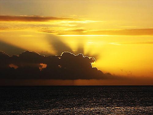 Soleil couchant derriére les nuages