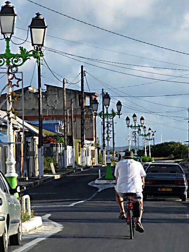 Cycliste dans la rue principale de Port-Louis